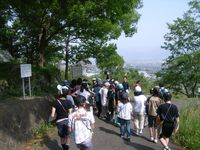 物見塚古墳の前を歩く児童たち